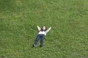 草原で寝る女性
