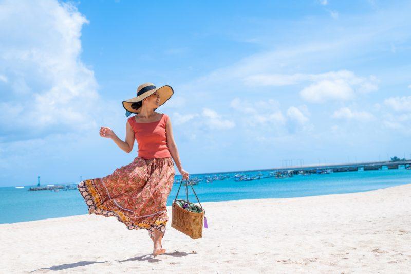 海 ビーチ 女性