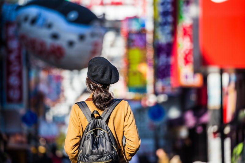 大阪を歩く女性